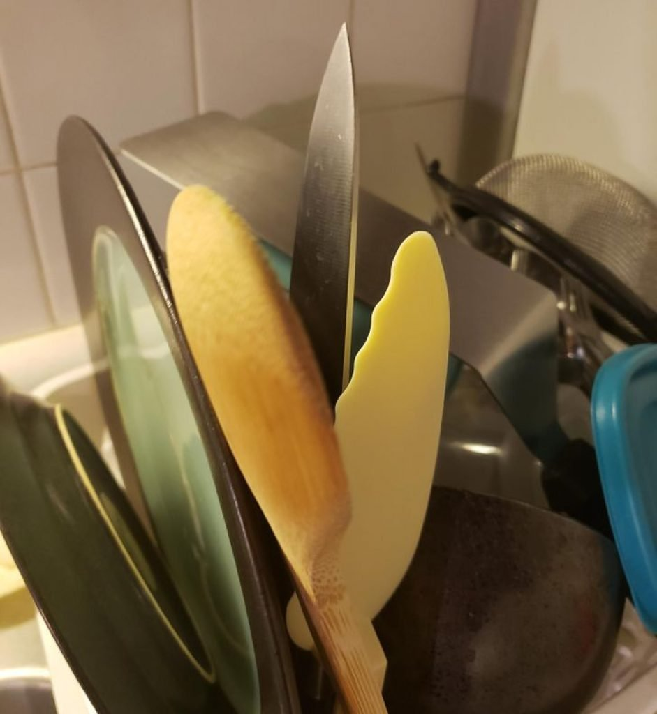 A knife dangerously sticking out of the drying rack