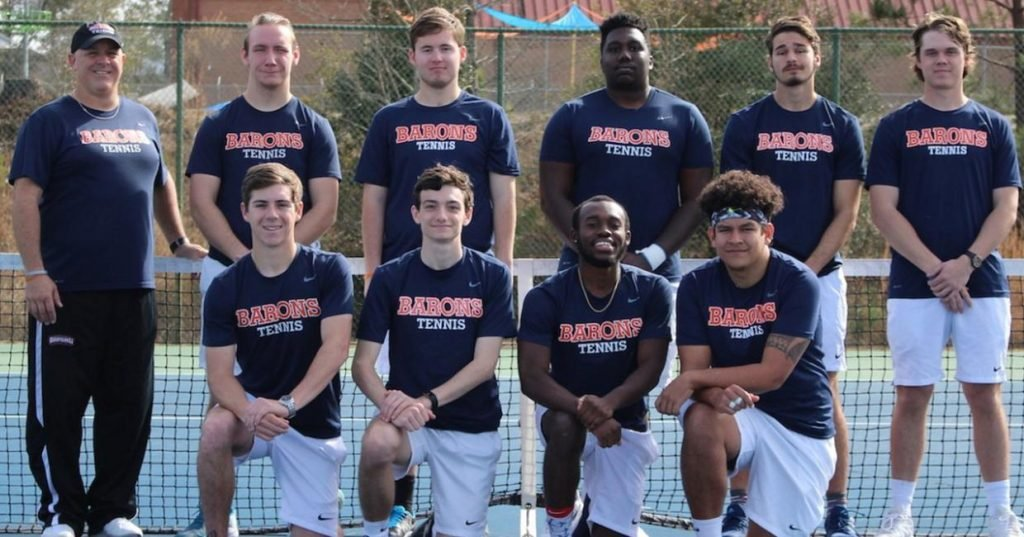 Brewton-Parker tennis players kneeling for picture